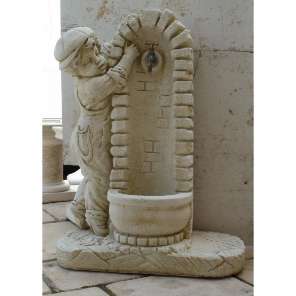 Fontaine en pierre petit gar on ouvrant le robinet le bon vivre - Robinet de fontaine exterieure ...