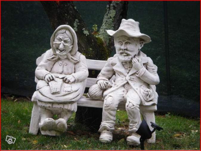 Statue de jardin en pierre couple petits vieux assis sur - Statue pierre reconstituee pour jardin ...