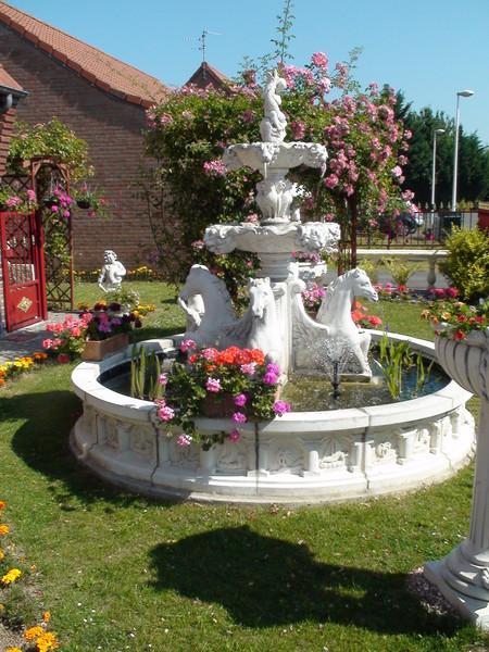 Fontaine en pierre aux chevaux avec bassin le bon vivre for Bassin a poisson avec fontaine