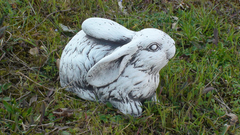 Statue lapin couch t te relev e le bon vivre for Decoration jardin lapin