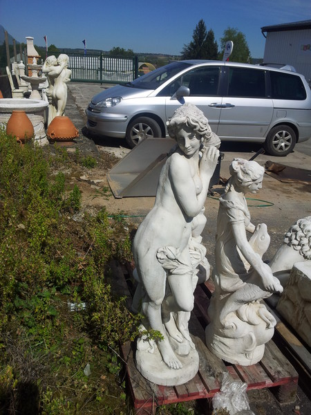 statue de jardin en pierre femme appuy e contre un mur le bon vivre. Black Bedroom Furniture Sets. Home Design Ideas