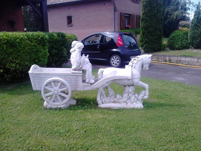 Statue couple petits vieux sur charrette cheval le bon vivre - Statue pierre reconstituee pour jardin ...
