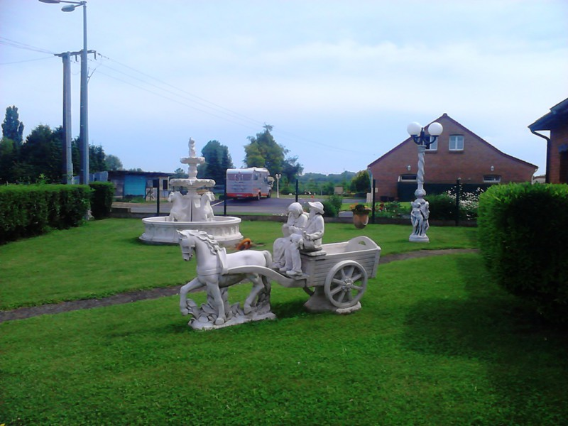 Statue couple petits vieux sur charrette cheval le bon vivre for Ane decoration jardin