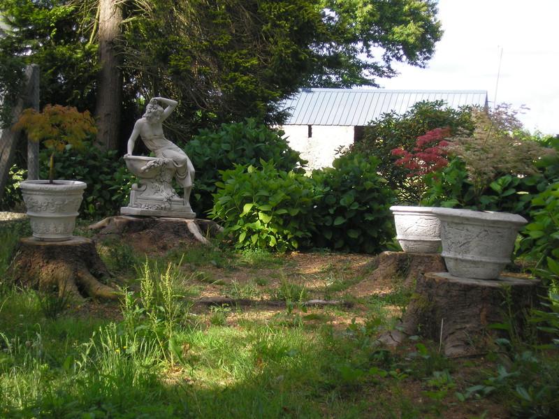 Statue de jardin en pierre femme assise sur bidet le bon - Vase en pierre jardin ...