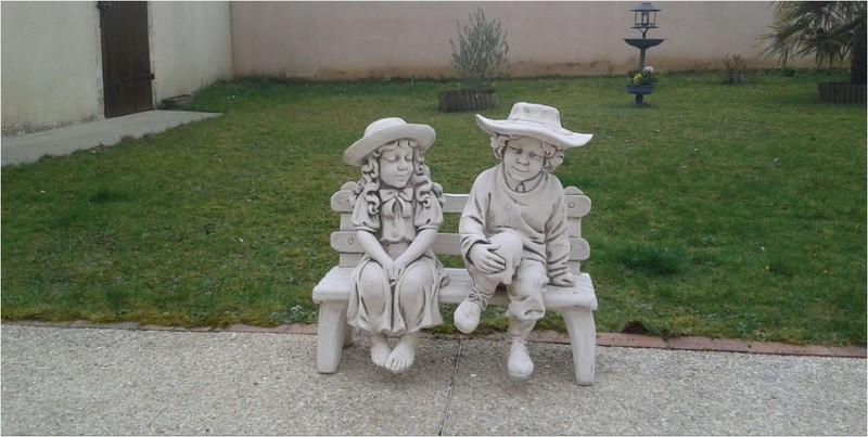Statue enfants aux chapeaux assis sur le banc le bon vivre for Statue de jardin belgique