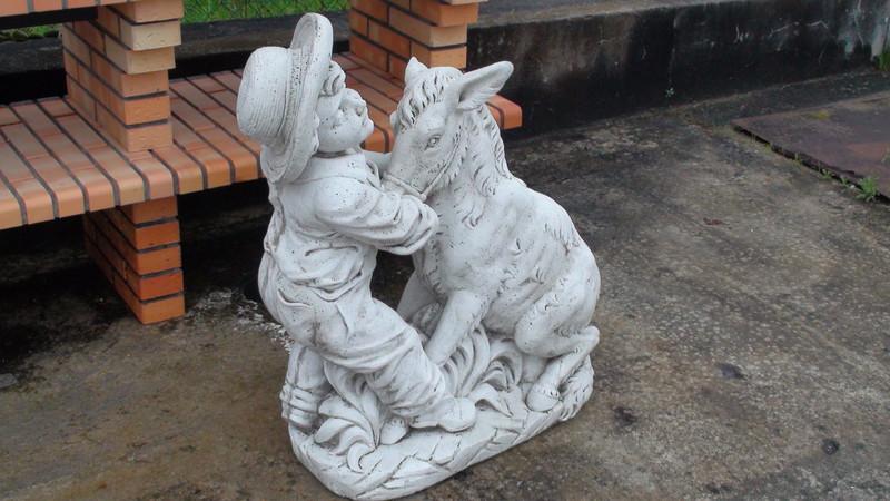 Statue enfant et son ne le bon vivre for Ane decoration jardin