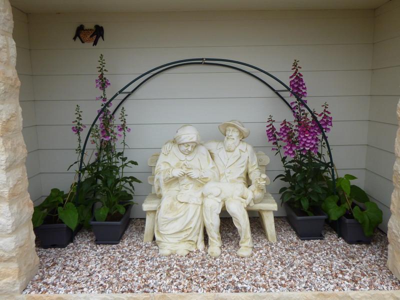 statue de jardin en pierre petits vieux sur banc se tenant par l 39 paule le bon vivre. Black Bedroom Furniture Sets. Home Design Ideas