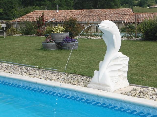 Statue dauphin sur sa vague le bon vivre for Statue pour bassin exterieur