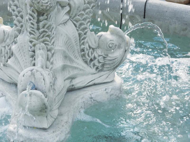 Fontaine en pierre avec vasque sur pied statue poisson for Bassin a poisson le bon coin