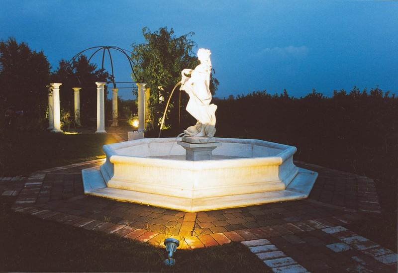 fontaine en pierre avec vasque sur pied statue femme bassin et margelle mod le dorothea p. Black Bedroom Furniture Sets. Home Design Ideas
